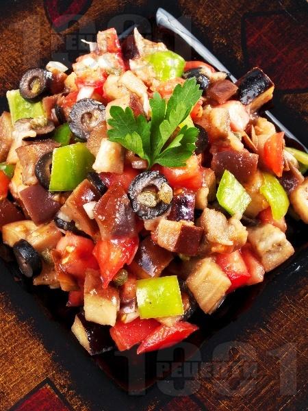 Гръцка салата с печени патладжани, домати и чушки - снимка на рецептата